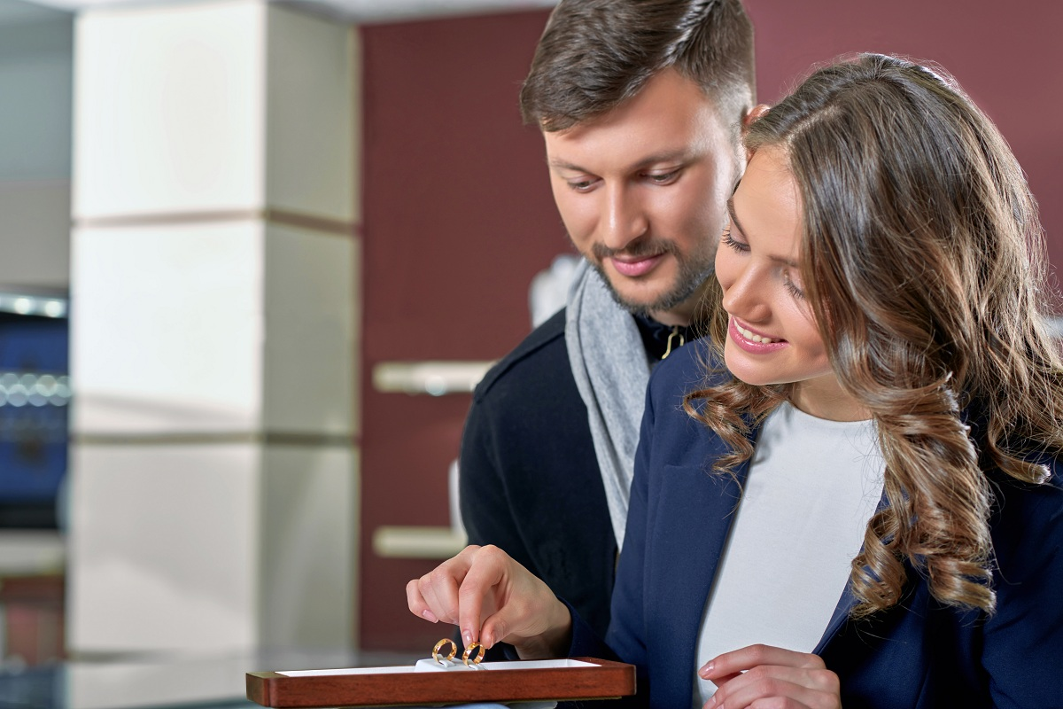 couple choosing rings