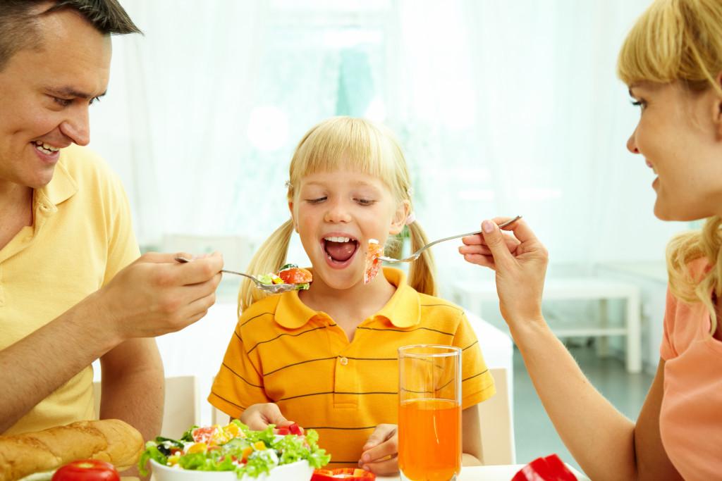 feeding child healthy food